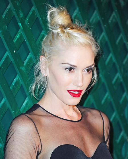 Vơi Gwen Stefani, không có gì là chuẩn mực. Vì vậy, với kiểu tóc búi quen thuộc, cô cũng có thể làm mới nó bằng một lọn