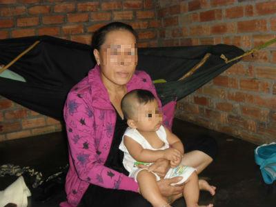 Bà ngoại bất đắc dĩ và cháu ngoại.