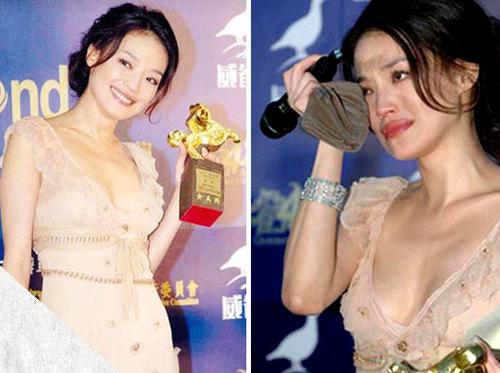 """Năm 2005, với bộ phim """"Three Times"""", Thư Kỳ giành giải tại LHP Kim Mã, đây là bước ngoặt lớn trong sự nghiệp nữ diễn viên này. Trên thảm đỏ, khi nhận tượng vàng Kim Mã, cô đã òa lên khóc vì xúc động."""