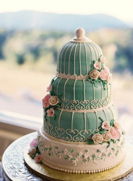 Bánh cưới với tạo hình như một ngôi nhà nhỏ và hoa hồng bao quanh, lãng mạn như trong cổ tích. Các kiểu bánh với phong cách lãng mạn là xu hướng chủ đạo được yêu thích trong suốt năm 2012.
