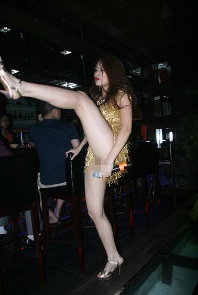 """Đêm 19-7, Hoàng Thùy Linh đã xuất hiện và biểu diễn trong một quán bar của Hà Nội. Trong trang phục không thể ngắn hơn, Hoàng Thùy Linh hát và biểu diễn hết mình. Cô thậm chí còn có một số vũ đạo vô cùng gợi cảm và """"khiêu khích"""" với những động tác vuốt tóc, lắc hông, xoạc chân, đá chân khiến cánh nam giới thích thú và huýt sáo ầm ĩ."""
