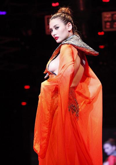 """Khi xoay người, siêu mẫu để lộ cả bầu ngực đầy khi trình diễn váy dạ hội trong chương trình thời trang ca nhạc 'Đam mê hội tụ' tại TP HCM, tối 20/12.Bộ váy dạ hội cầu kỳ của người đẹp trông kín đáo ở mặt trước nhưng được nhà thiết kế Phan Tâm tạo ra đường cắt táo bạo ngay phần ngực.""""Sở xác định sự cố hở hang trong quá trình trình diễn catwalk của người mẫu Võ Hoàng Yến tại đêm này đã rất rõ ràng. Sáng 2412, Thanh tra Sở và phòng nghệ thuật sẽ làm việc với người mẫu và đơn vị tổ chức biểu diễn, đưa ra ngay mức phạt để răn đe"""", ông Nam nói. Mức phạt sẽ được công bố vào đầu tuần tới, sau khi Sở làm việc xong với các bên liên quan."""
