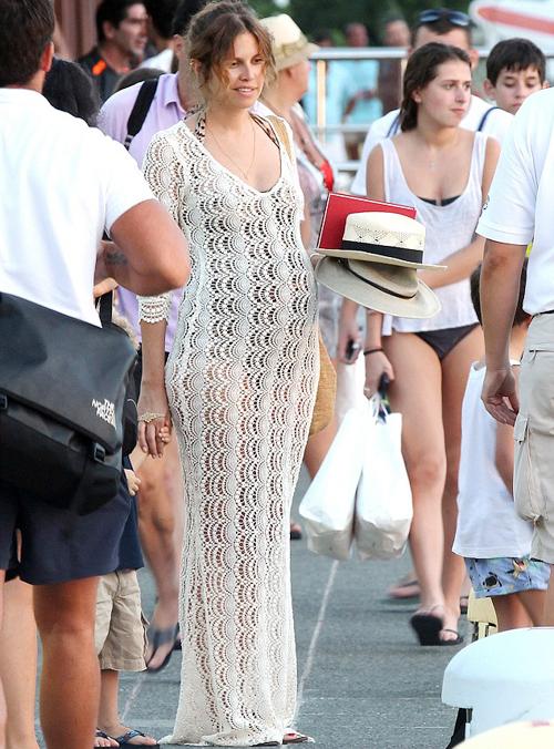 Người đẹp Dasha Zhukova lộ bụng bầu trong kỳ nghỉ ở St Barts.