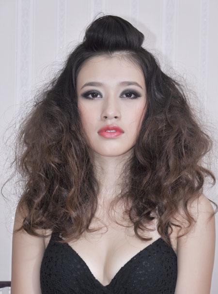 """Kiểu tóc xoăn khi hoàn thiện. Bạn nên dùng thêm sáp màu hoặc nhuộm tóc màu sáng để không có cảm giác khuôn mặt bị """"dừ""""."""