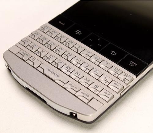 Phần bàn phím cứng được điêu khắc tinh xảo và cầu kỳ. Các phím bấm được phân chia giữa chữ và số bằng những đường gấp khúc tạo hình đẹp mắt. Bên trên là hàng nút bằng kính gồm Send, End, Menu và Back cùng phím điều khiển 4 chiều quen thuộc ở giữa máy.