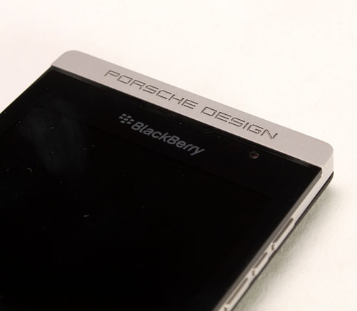 Phần logo phía trên màn hình là Porsche Design được khắc bằng công nghệ laser.