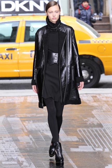 Chiếc áo khoác sáng suông của thương hiệu DKNY.
