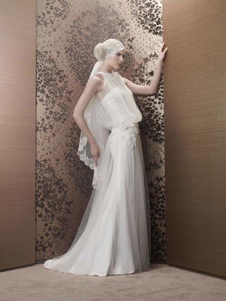 Váy bo eo, tạo đường gấp khác lạ so với váy cưới truyền thống.