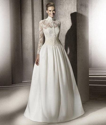 Váy cưới truyền thống kín đáo, lịch sự.