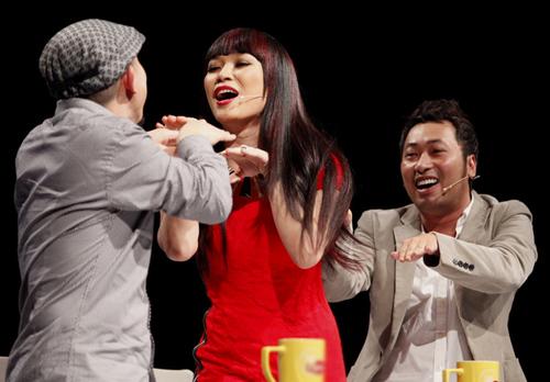 Ba giám khảo cũng làm khán giả cười nghiêng ngả, còn Hương Giang xúc động đến nghẹn ngào khi múa một màn rất hài hước để mừng sinh nhật cô.