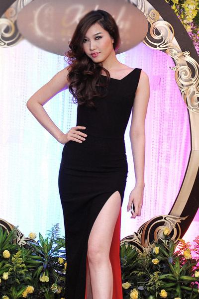 Giải đồng Siêu mẫu Việt Nam 2010 Phạm Anh Thư khoe vóc dáng sexy trong bộ đầm đen.