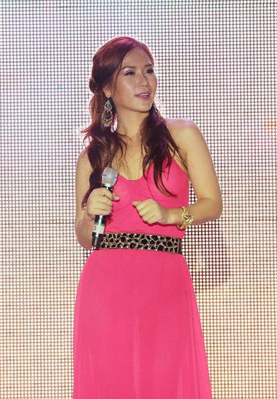 Ca sĩ Hồng Mơ góp vui với chương trình bằng một ca khúc trẻ trung, vui tươi.
