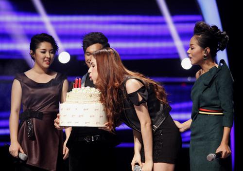Hương Giang hạnh phúc thổi nến trên sân khấu. Cô ước, đêm sinh nhật có đầy đủ các thí sinh của top 10 Vietnam Idol.
