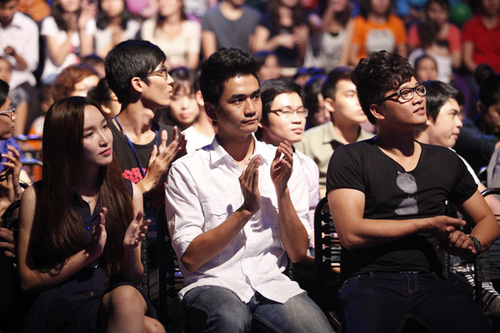 Dưới hàng ghế khán giả, có sự hiện diện của Thảo My, Thanh Tùng và Anh Quân.