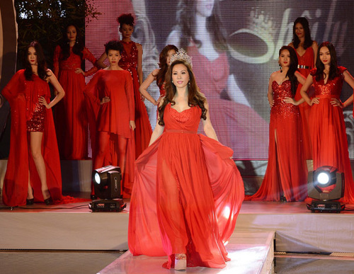 Trong đêm, Thu Hoài cùng các người mẫu trình diễn bộ sưu tập của nhà thiết kế Lê Thanh Hòa.