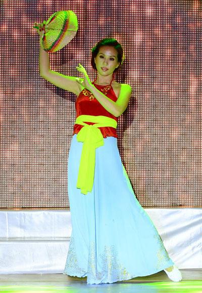 Cô cũng thể hiện tài năng bằng màn múa dân gian.