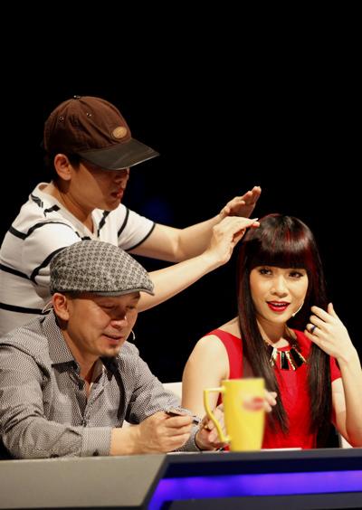 Trước đó, giám khảo Mỹ Tâm được chuyên gia Hồ Khanh 'chăm sóc' kỹ lưỡng để có sự xuất hiện thật xinh đẹp trước hàng triệu khán giả truyền hình.