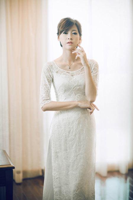 Vì ren mỏng manh nên cô dâu cần thêm một lớp lót phía trong để giữ nét lịch sự trong ngày ăn hỏi.