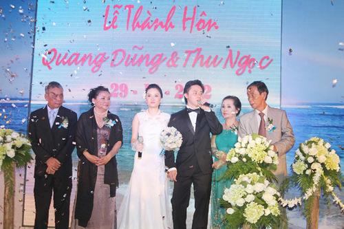 Đám cưới khá ấm cúng, với sự có mặt của gia đình hai bên và những người bạn thân thiết nhất với cô dâu, chú rể. Họ cùng thực hiện những nghi thức truyền thống của Việt Nam trong buổi lễ.