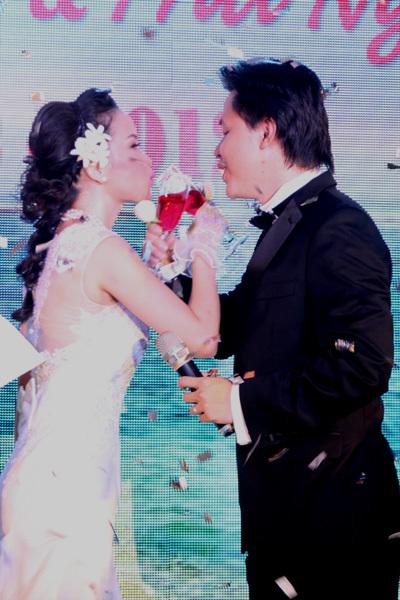 Đám cưới được trang trí với màu xanh biển chủ đạo, với ý tưởng là một hôn lễ trên biển.