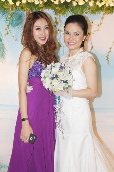 Thu Ngọc rạng rỡ bên em gái - hot girl Hải Quyên, từng vào top 5 Miss Ngôi Sao 2012.
