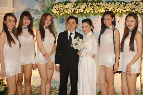 Nhóm nhạc TVM mặc đồng phục khá sexy đến dự tiệc. Các cô gái đều là học trò của Thu Ngọc, được Thu Ngọc rèn luyện về thanh nhạc và giúp đỡ, định hướng về con đường ca hát.