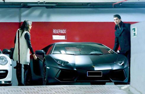 C. Ronaldo bên bạn gái,