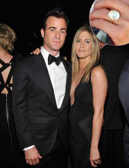 Jennifer Aniston đã xúc động rơi nước mắt khi được nam diễn viên Justin Therox ngỏ lời cầu hôn và trao chiếc nhẫn kim cương đắt giá. Chiếc nhẫn gắn một viên kim cương rất to hình chữ nhật xấp xỉ 8 carat. Các chuyên gia trang sức cho rằng, giá của nó vào khoảng 500.000 USD.