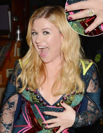 Nữ ca sĩ xinh đẹp Kelly Carkson khoe nhẫn đính hôn cùng bạn trai Brandon Blackstock. Chiếc nhẫn đính đá rất ấn tượng.
