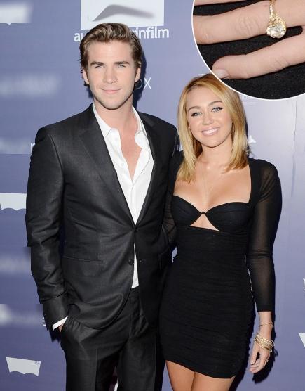 Miley Cyrus hạnh phúc khoe chiếc nhẫn đính hôn bằng vàng có gắn viên kim cương 3,5 carat trên ngón tay áp út. Chiếc nhẫn của cô có gắn viên kim cương lớn, nổi bật trên nền vàng.