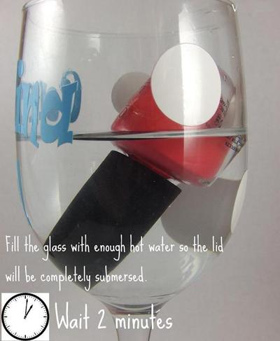 Đổ đầy nước nóng vào cốc và đặt ngược chai son móng tay. Lưu ý mực nước để ngập nửa phần đầu của lọ sơn móng tay trong hai phút.