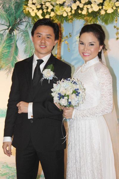 Cô dâu chú rể rạng rỡ chụp ảnh trước giờ tổ chức lễ thành hôn. Bó hoa cưới của cô dâu cũng được điểm chút sắc xanh biển nhẹ nhàng.