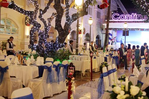 Bàn tiệc được tô điểm với sắc xanh và áo ghế cũng là vải xanh biển cùng tông màu.