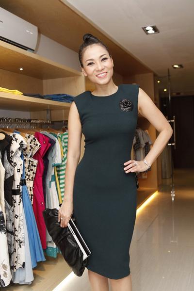 Ca sĩ Thu Minh mặc bộ váy ôm sát cơ thể, khoe dáng chuẩn.