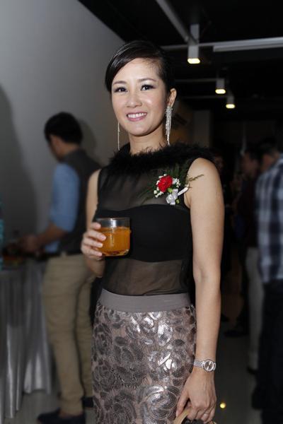 Ca sĩ Hồng Nhung gây ấn tượng bằng bộ trang phục bắt mắt, vói chiếc áo 'xuyên thấu'.