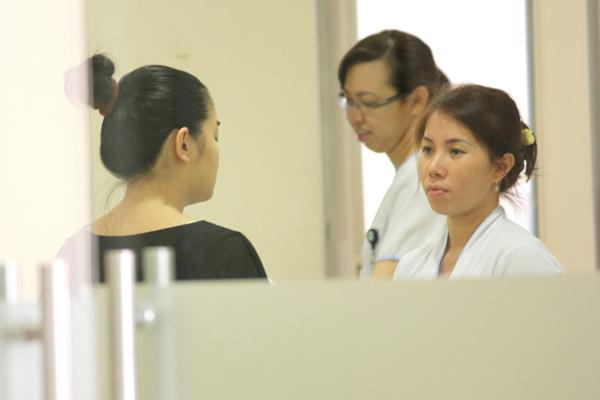Sáng 2/1, Phạm Quỳnh Anh bất ngờ xuất hiện tại bệnh viện Hạnh Phúc - nơi ca