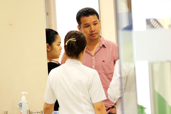 Hai vợ chồng Phạm Quỳnh Anh - Quang Huy cùng đưa con gái Bella đi chích ngừa.