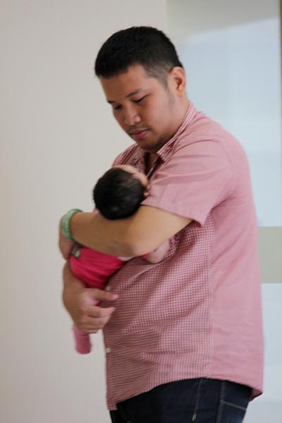 Hình ảnh Quang Huy tất tả ngược xuôi và ẵm con rất thành thục được nhiều người khen ngợi.