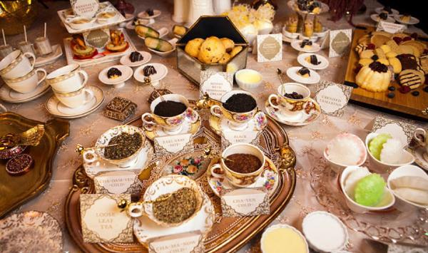 Trước giờ cử hành hôn lễ, cô dâu chú rể sắp xếp một bữa tiệc trà nhỏ để khách mời thưởng thức trong thời gian đợi.