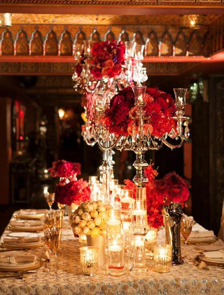 Bàn tiệc chính thức với những bình hoa cao sang trọng.