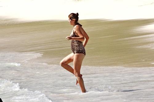 Bà bầu của ông chủ Chelsea tranh thủ tắm biển ở St Barts.