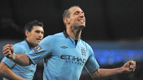 Zabaleta ăn mừng sau bàn thắng vào lưới Stoke giúp Man City khai thông thế bế tắc.