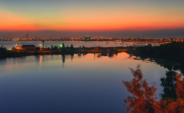 TP biển Đà Nẵng chìm trong ánh chiều.