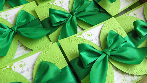 Một chiếc nơ bằng ruy băng xinh xắn màu ngọc bích sẽ là điểm nhấn chính trên thiệp mời.