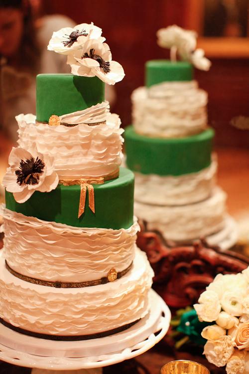 Bạn cũng có thể điểm ngẫu hứng một số mảng màu ngọc bích lên bánh cưới.