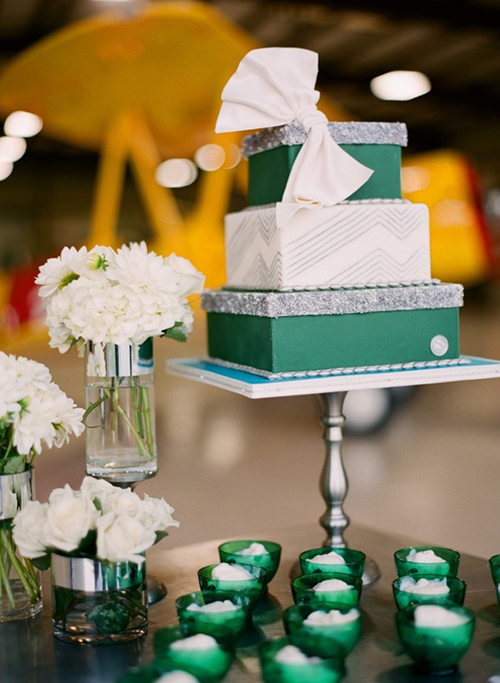 Trên bàn đặt bánh cưới, bạn đừng quên đặt vài chiếc cốc nhỏ màu ngọc bích để không gian thêm đồng điệu.