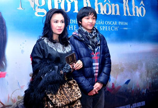 Tại Hà Nội, diva Thanh Lam đưa con trai đến xem phim.