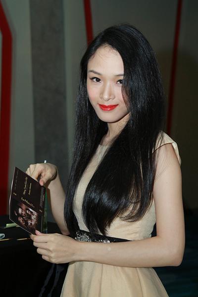 Hoa hậu Trương Hồ Phương Nga dịu dàng buông tóc dài.