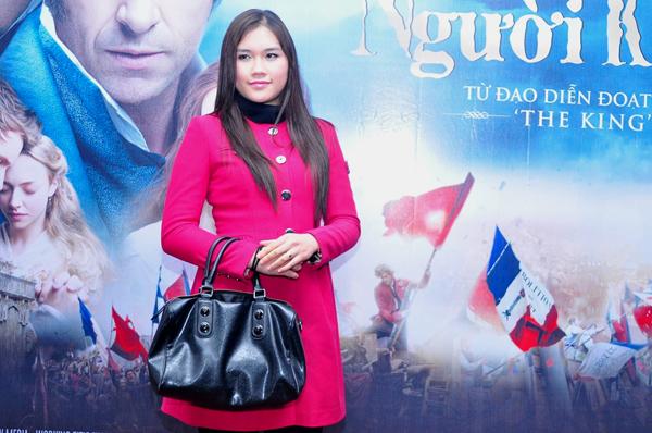 Thùy Dương, bà xã diễn viên Minh Tiệp một mình đi xem phim.