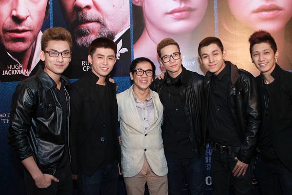 Nghệ sĩ Thành Lộc vui vẻ bên các thành viên của nhóm 365.
